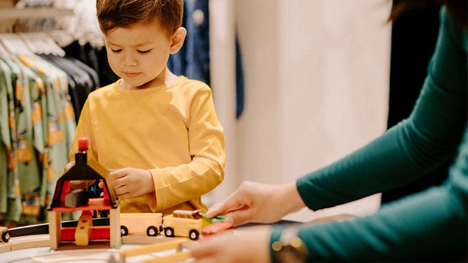 Barn som leker med leksakståg